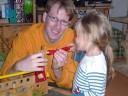 Hannah schraubt mit Papa